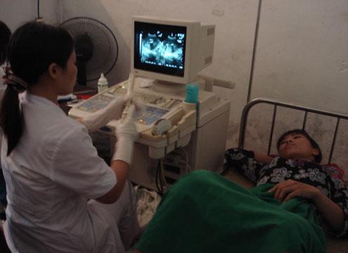 Siêu âm phát hiện giới tính thai nhi sớm đã tiếp sức cho tỷ lệ mất cân bằng giới ngày càng cao. ảnh: Nguyên Khoa